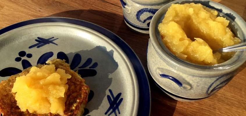 Kartoffelpuffer med eplemos: Tyske potetpannekaker
