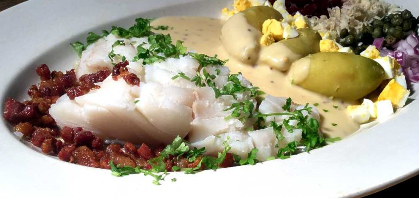 Kogt torsk med sennepssovs: Dansk festmåltid av torsk