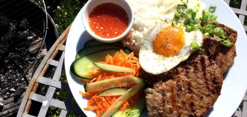 Cơm sườn trứng ốp la: Marinerte svinekoteletter fra Vietnam